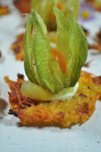 Typisch saarländisch: Grumbeer Kischelscher, Kartoffelpuffer oder Reibekuchen in der Fingerfoodvariante. Mit Apfelmus oder Lachs als Fingerfood sind sie perfekte Partyhäppchen