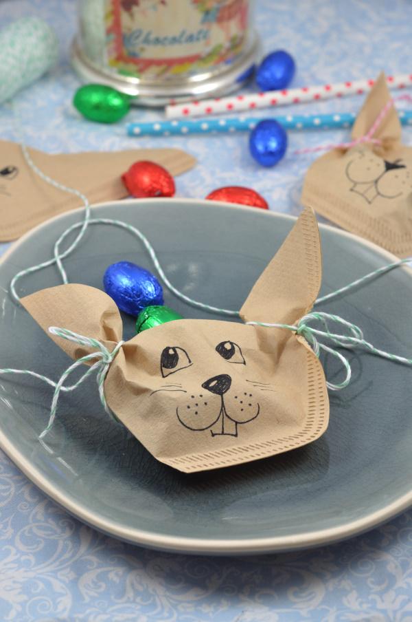 Perfekt für die Ostertafel: diese kleine DIY Idee ist ein süßes Goodie für deine Gäste. Die Osterhasen aus Filtertüten einfach mit Eiern befüllen und fertig ist deine Ostertischdeko.