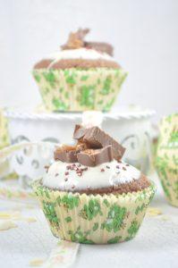 Total lecker sind diese schnell gemachten Cupcakes mit Schokoriegeln. Das Rezept für die Karamell-Cupcakes findest du auf dem Blog.