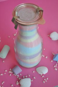 Salz mit Kreide einfärben geht ganz einfach und macht großen Spaß. Daraus lassen sich tolle Geschenke herstellen.