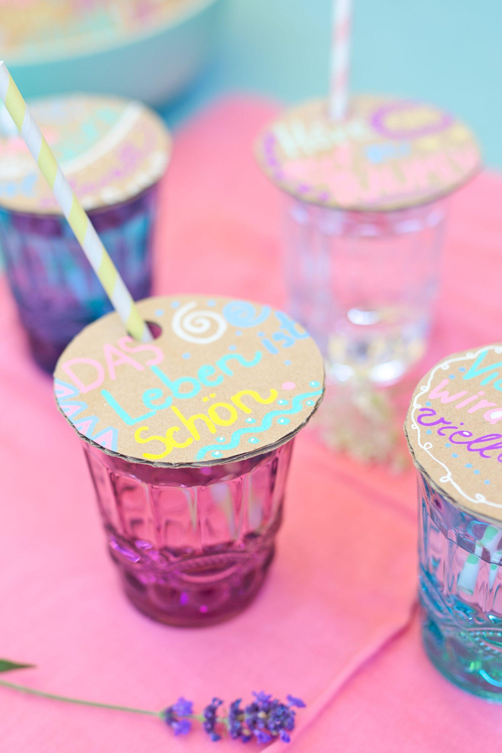 Einfache DIY-Idee: Glasbedeckung aus Pappkarton - mit dieser Ideen hat jeder Gast sein individuelles Glas und die Getränke sind vor Bienen geschützt.