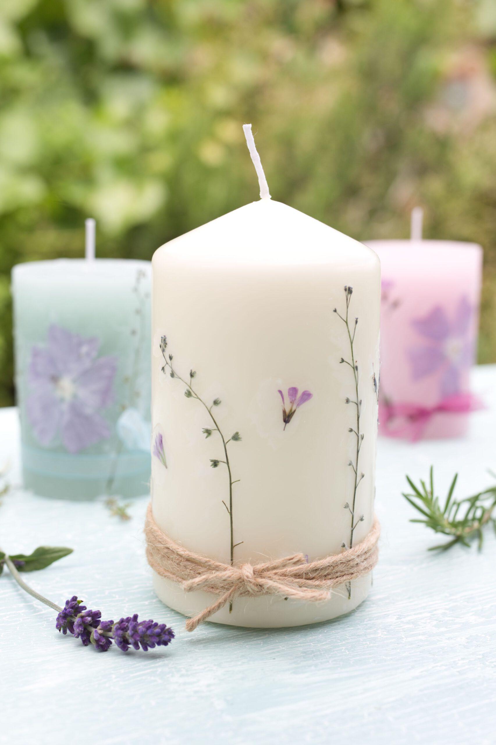 Kerzen mit selbstgepressten Blüten - einfache DIY Idee