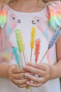 Anleitung, um bunte Zuckerkristalle einfach selbst zu züchten.