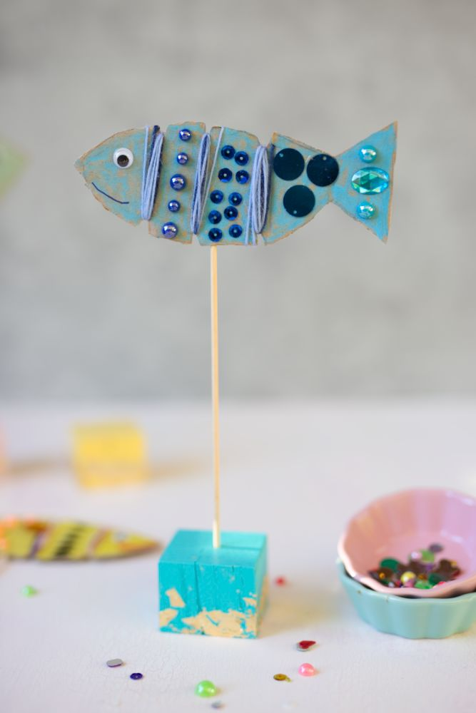 Fische basteln aus Karton: ich zeige dir, wie du ganz einfach mit Kindern Fische bastelst und bunt verzierst. Dazu gibt es Buchtipps.