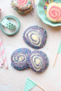 Diese gerollten Swirl Cookies sind supereinfach gemacht und so lecker. Ein echter Hingucker sind die bunten Kekse.