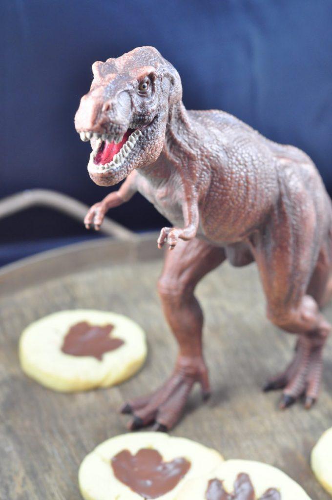 Gefährliche Dinokekse sind genau das Richtige für Kindergeburtstage oder kleine Dinofans. Mit Schoko gefüllt sorgen sie für Begeisterung.