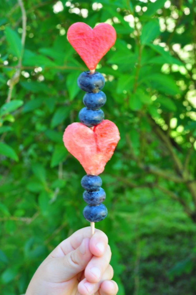 Ein frischer Sommersnack sind diese Fruchtspieße.