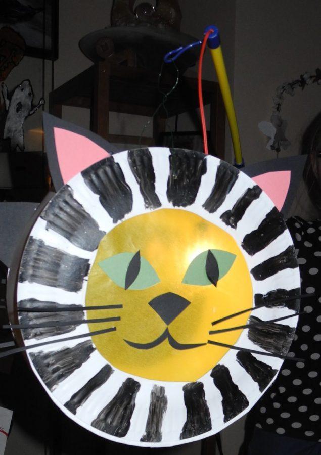 Eine Laterne aus Papptellern basteln: Katzenlaterne einfach und schnell