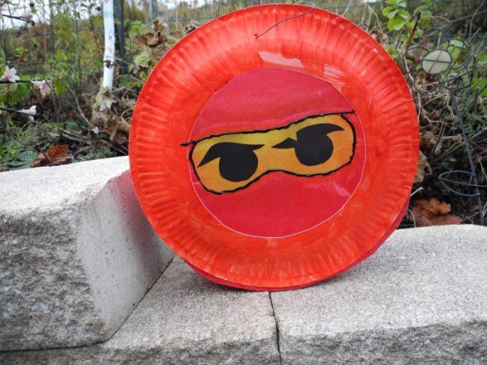 Einfache und schnelle Ninjago-Laterne aus Papptellern. Basteln mit Kindern kann ganz einfach sein. So entsteht eine ruckzuck fertige Laterne.