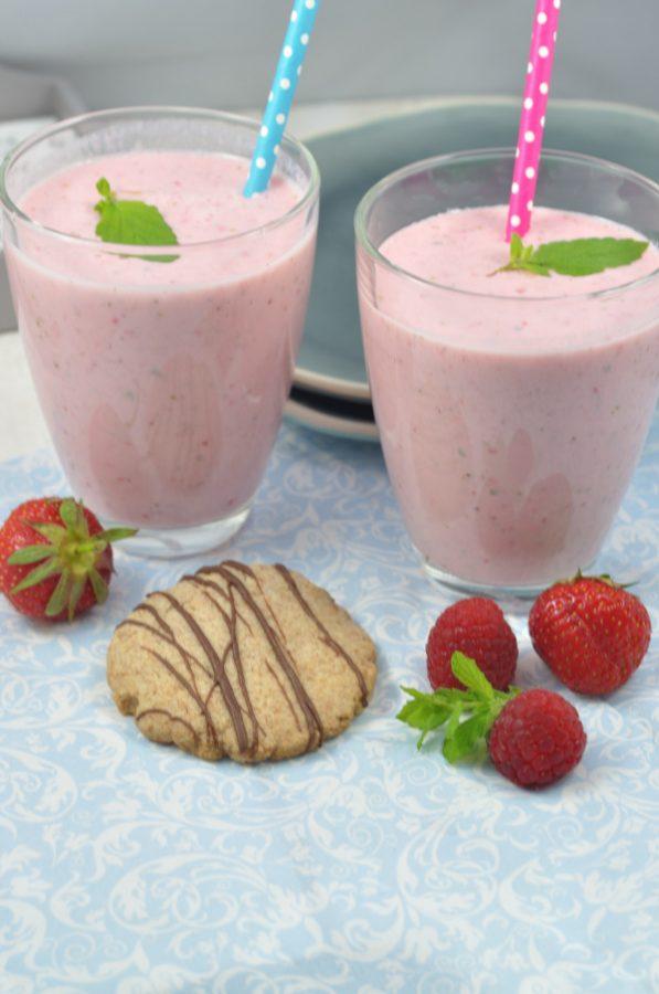 Perfektes Sommerrezept: ob Erdbeeren, Himbeeren, Blaubeeren: superleicht zu variieren ist dieser Smootie. Das Rezept gibt es auf dem Blog.