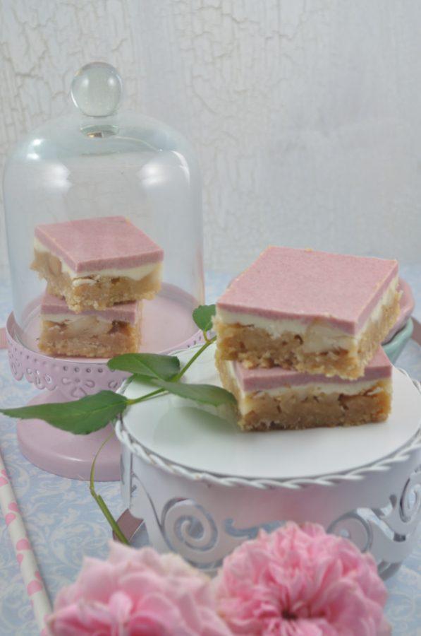 Feines Karamell trifft auf knusprige Macadamia Nüsse - Das Rezept für die Macadamia Schnitten findet ihr auf dem Blog.