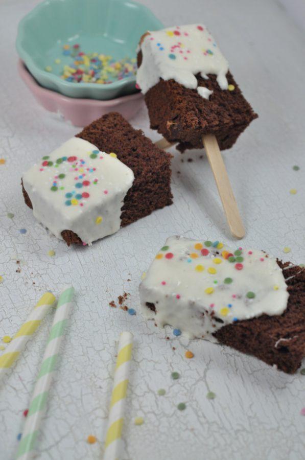 Perfekt für den Kindergeburtstag: Eis am Stiel in Kuchenform. Lustiges Funnyfood mit Rezept.
