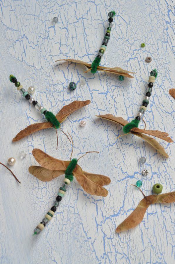 Basteln mit Kindern im Herbst: Libellen aus Ahornsamen und Pfeifenputzern. Süße Idee die man leicht mit Perlen, Bügelperlen und anderen Materialien verändern kann.