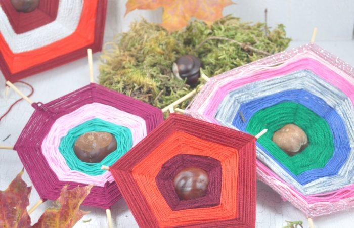 Mit Kindern kann man einfache Webrahmen aus Kastanienbasteln. Das macht viel Spaß. Auf dem Blog zeige ich dir wie es geht.