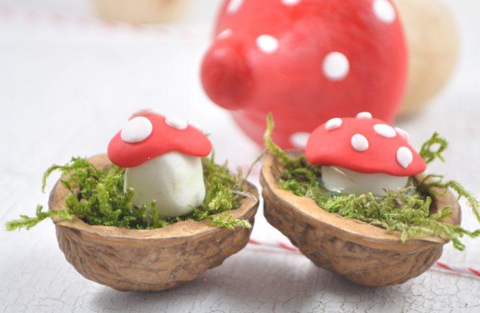 Süße DIY-Idee aus Fimo: kleine Glückspilze in Nußschalen. Perfekt als kleine Glücksbringer für die Silvesterparty