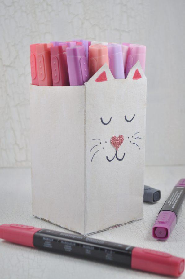 Stiftehalter im Katzenlook - eine Upcyclingidee aus Tetrapacks. Leicht zu basteln sind diese Stiftehalter und helfen Ordnung auf dem Schreibtisch zu halten.
