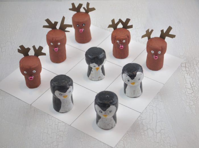 Ran an die Korken: DIY Idee mit Korkentieren in der Tic Tac Toe Variante. Hier treten Pinguine gegen Rentiere an.