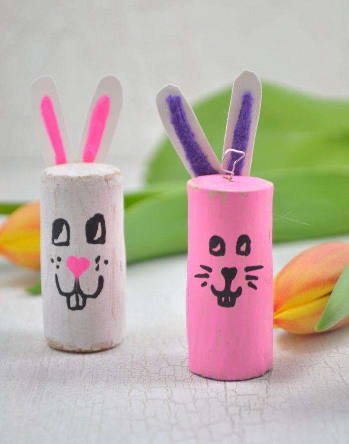 Osterbasteln mit Kindern! Mit dieser schnellen DIY-Idee kannst du toll Tischkarten für Ostern gestalten oder die Hasen als Tischdeko oder auch für den Osterstrauch gestalten. Einfach aus Korken ganz schnell kleine Osterhasen gestalten!
