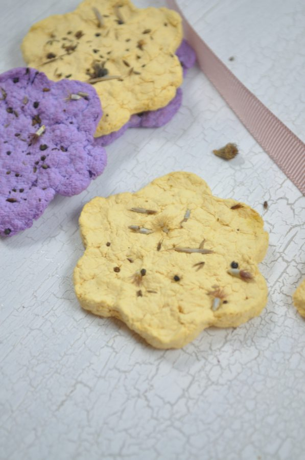 Ob Seedbombs, Saatkonfetti oder Samenbomben: mit selbstgemachten DIY-Ideen kannst du wundervolle blühende Sachen basteln. Saatkonfetti eignet sich als Geschenkidee für Muttertag, Valentinstag, aber auch für Geburtstage oder Hochzeiten.