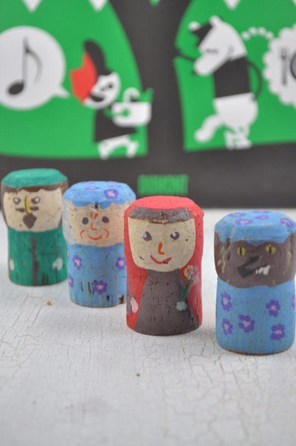 Märchenzeit! Mit Kindern zum Märchen Rotkäppchen basteln. Aus Korken gestalten wir Märchenfiguren mit denen man die Geschichte nachspielen kann.