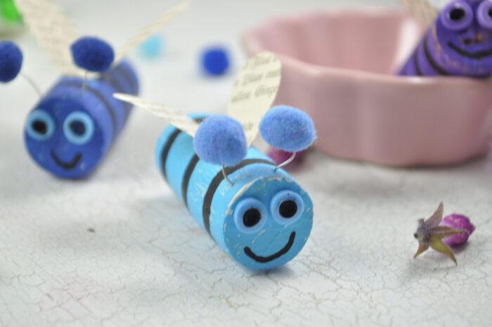 Einfach, bunt und kreativ: Bienen aus Korken sind supereinfach und eine kinderleichte Bastelidee.