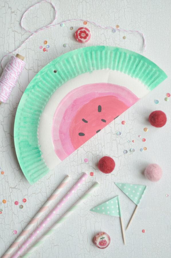 Supereinfach und schnell mit Kindern gebastelt: die Melonen Pinata - perfekt für die Sommerparty