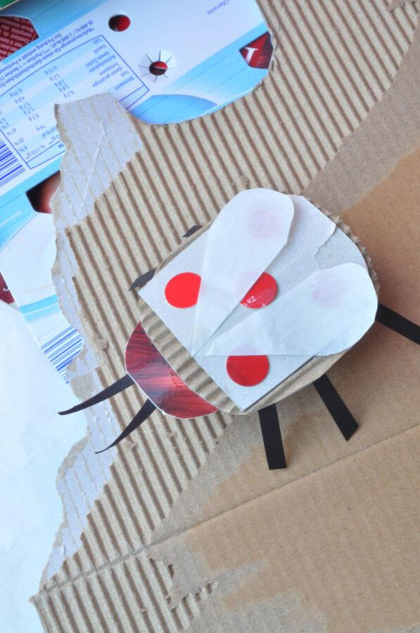 Total einfach gemacht: Papierreste, Kartons und Verpackungen werden hier zu Papierkäfern. Einfach und schön als Bastelidee für Kinder