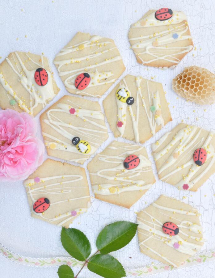 Wabenkekse sind einfach zu backen und eine tolle Idee um mit Kindern zum Thema Bienen kreativ zu werden.
