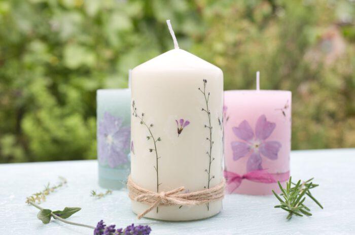 einfache DIY Idee - Kerzen mit selbstgepressten Blüten
