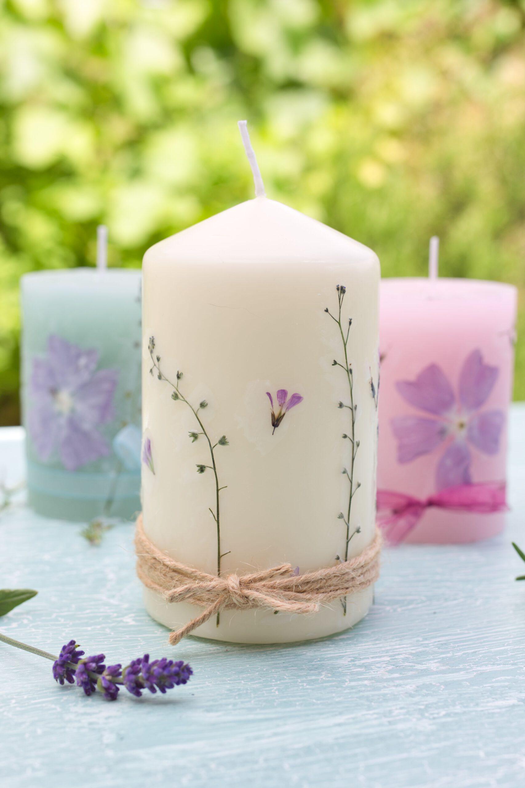 Kerzen mit gepressten Blüten sind ein wunderbares Geschenk - einfache DIY Idee