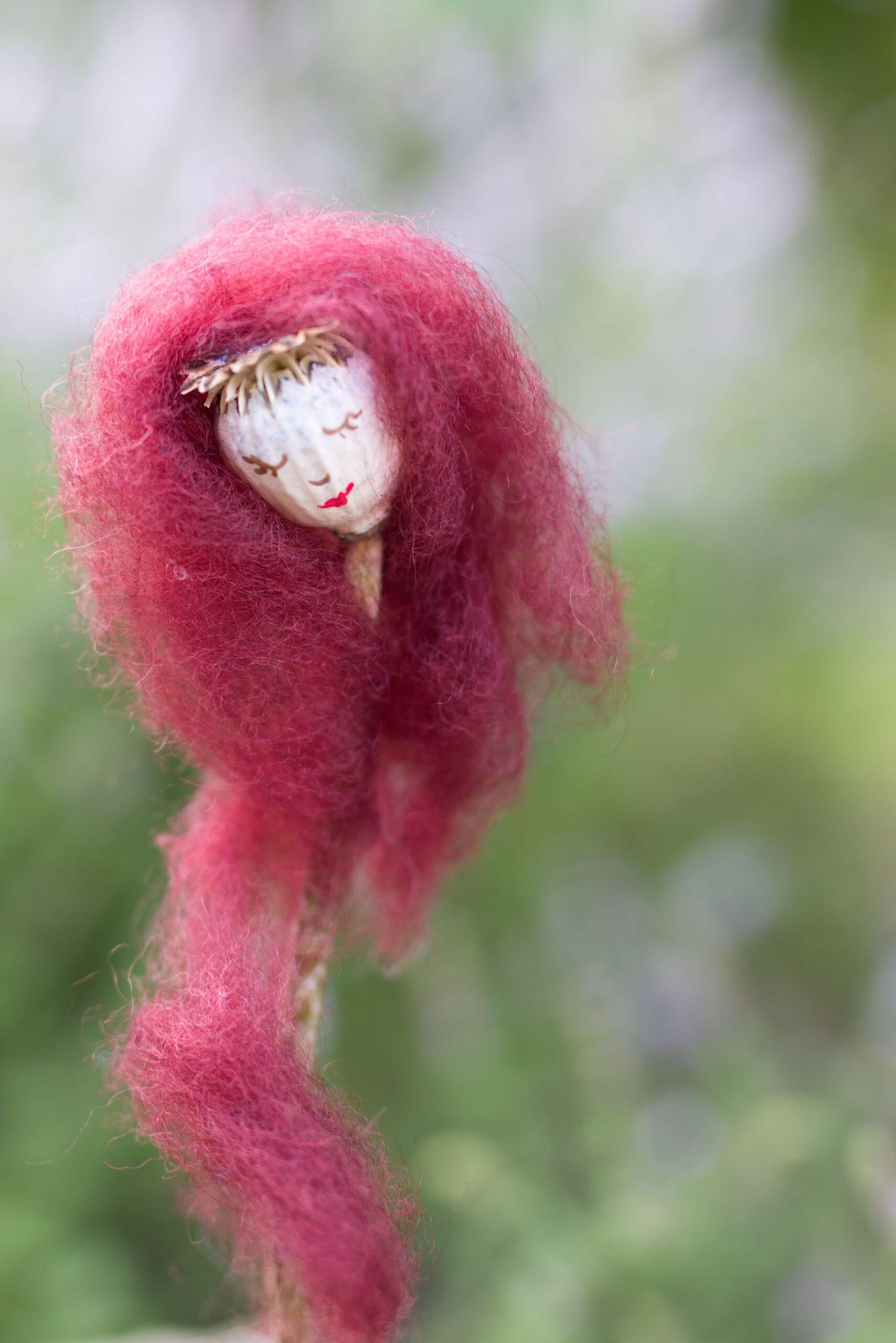 Aus Mohnkapseln entstehen mit Märchenwolle traumhaft schöne Mohnfeen.